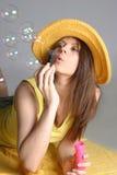 Bella donna sexy in cappello giallo Fotografia Stock Libera da Diritti
