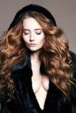 Bella donna sexy in cappuccio della pelliccia, capelli sani fotografia stock
