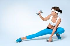 Bella donna sexy di forma fisica che fa esercizio di allenamento Immagine Stock Libera da Diritti