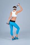 Bella donna sexy di forma fisica che fa esercizio di allenamento Fotografie Stock Libere da Diritti
