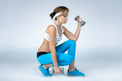 Bella donna sexy di forma fisica di sport che fa esercizio di allenamento con la d Immagini Stock Libere da Diritti
