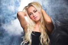 Bella donna sexy nel fumo Fotografie Stock Libere da Diritti