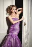 Bella donna sexy in vestito porpora elegante Fotografie Stock Libere da Diritti