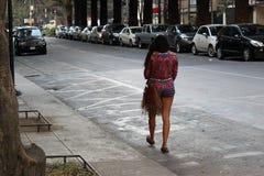 Bella donna sola che cammina sulla via fotografie stock libere da diritti