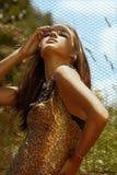 Bella donna in sole di estate fotografie stock