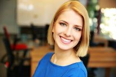 Bella donna sorridente Immagini Stock
