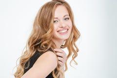 Bella donna sorridente che esamina macchina fotografica Immagine Stock