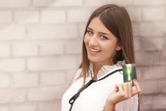 Bella donna sorridente che giudica una carta disponibila fotografia stock