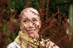Bella donna sorridente che gode della natura in una foresta Fotografie Stock Libere da Diritti