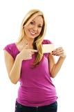 Bella donna sorridente che indica alla carta di regalo Fotografia Stock Libera da Diritti