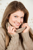 Bella donna sorridente che indossa vestiti caldi Fotografia Stock