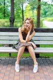 Bella donna sorridente che parla sul telefono nel parco Fotografie Stock