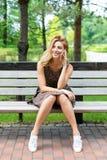 Bella donna sorridente che parla sul telefono nel parco Immagine Stock Libera da Diritti