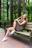 Bella donna sorridente che parla sul telefono nel parco Fotografia Stock Libera da Diritti