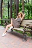 Bella donna sorridente che parla sul telefono nel parco Fotografia Stock