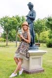 Bella donna sorridente che parla sul telefono nel parco Immagine Stock