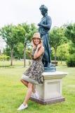 Bella donna sorridente che parla sul telefono nel parco Immagini Stock