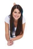 Bella donna sorridente che si trova sul pavimento Fotografia Stock Libera da Diritti
