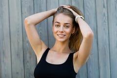Bella donna sorridente che tiene i suoi capelli Fotografia Stock