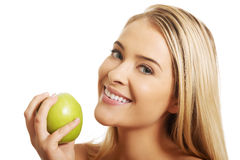 Bella donna sorridente che tiene una mela Fotografia Stock