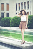 Bella donna sorridente con capelli ricci Sguardo elegante urbano Immagine Stock Libera da Diritti