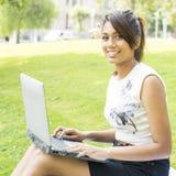 Bella donna sorridente con Cmputer nel parco. Immagine Stock Libera da Diritti