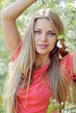 Bella donna sorridente con i fiori della molla Fotografie Stock Libere da Diritti