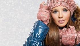 Bella donna sorridente con il cappello e la sciarpa di inverno fotografia stock libera da diritti