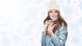 Bella donna sorridente con il cappuccio e la sciarpa beige fotografia stock