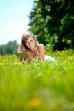 Bella donna sorridente con il pc del ridurre in pani, all'aperto Fotografia Stock Libera da Diritti