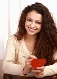 Bella donna sorridente con il simbolo del cuore fotografia stock libera da diritti