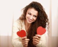 Bella donna sorridente con il simbolo del cuore immagini stock libere da diritti