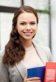 Bella donna sorridente con la cartella Fotografie Stock Libere da Diritti
