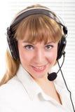 Bella donna sorridente con la cuffia avricolare del telefono Fotografia Stock Libera da Diritti