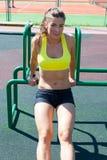 Bella donna sorridente dell'atleta che allunga sul campo da giuoco Fotografia Stock Libera da Diritti