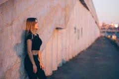 Bella donna sorridente di forma fisica sul fondo della città con lo spazio della copia fotografie stock libere da diritti
