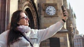 Bella donna sorridente di modo in occhiali da sole che prendono selfie facendo uso dello smartphone che gode della vacanza stock footage