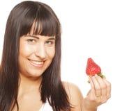 Bella donna sorridente felice con la fragola Fotografia Stock Libera da Diritti