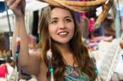 Bella donna sorridente sembrando i cardreams vaghi nell'abbigliamento e negli artigianato tradizionali andini, mercato Immagine Stock