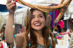 Bella donna sorridente sembrando i cardreams vaghi nell'abbigliamento e negli artigianato tradizionali andini, mercato Fotografia Stock Libera da Diritti