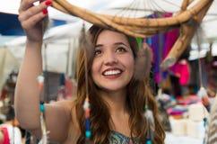 Bella donna sorridente sembrando i cardreams vaghi nell'abbigliamento e negli artigianato tradizionali andini, mercato Fotografia Stock