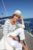 Bella donna sorridente sulla barca a vela Fotografia Stock