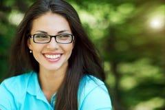 Bella donna sorridente in vetri - alto vicino fotografia stock