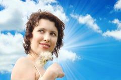 Bella donna sotto cielo blu Immagine Stock