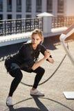Bella donna sportiva di forma fisica di SME che fa addestramento del crossfit fotografie stock