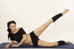 Bella donna sportiva nell'ente esile del vestito nero Immagine Stock