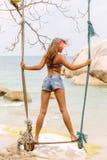 Bella donna su oscillazione in tropici Immagini Stock
