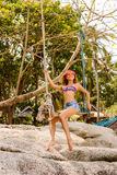Bella donna su oscillazione in tropici Immagine Stock