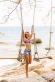Bella donna su oscillazione in tropici Fotografie Stock