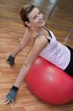 Bella donna su una sfera di Pilates Fotografia Stock